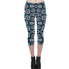 Floral Print Seamless Pattern in Cold Tones Capri Leggings