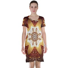 Elegant, Decorative Kaleidoskop In Gold And Red Short Sleeve Nightdresses