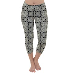 Interlace Arabesque Pattern Capri Winter Leggings