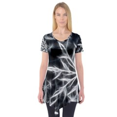 Snowflake in feather look, black and white Short Sleeve Tunic