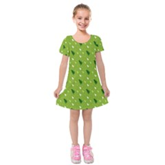 Green Christmas Tree Background Kids  Short Sleeve Velvet Dress