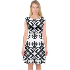 Model Traditional Draperie Line Black White Triangle Capsleeve Midi Dress