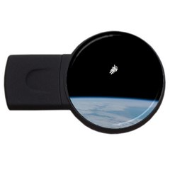 Astronaut Floating Above The Blue Planet USB Flash Drive Round (4 GB)