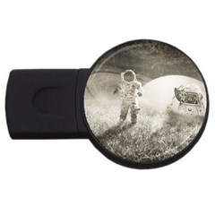 Astronaut Space Travel Space USB Flash Drive Round (4 GB)