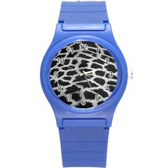 Black And White Giraffe Skin Pattern Round Plastic Sport Watch (S)