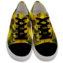 Beautiful Yellow-green Meadow Of Daffodil Flowers Men s Low Top Canvas Sneakers
