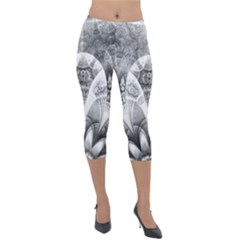 Black And White Fanned Feathers In Halftone Dots Lightweight Velour Capri Leggings