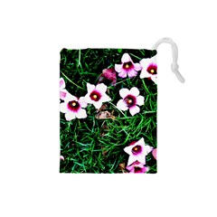 Pink Flowers Over A Green Grass Drawstring Pouches (small)