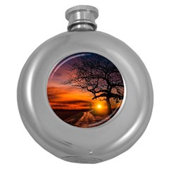 Lonely Tree Sunset Wallpaper Round Hip Flask (5 oz)